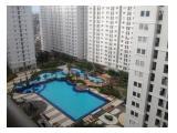 Kolam renang ada di Green Palace - tidak ada di apartemen sebelahnya