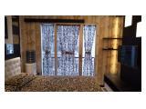 KAMAR TIDUR UTAMA dengan jendela ada hordeng