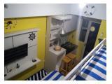 Terdapat dapur dengan kompor portabel dan tempat cuci piring.